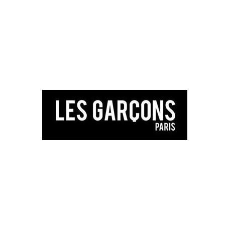 <p>Serait-ce la naissance d'une nouvelle maison de mode renommée, telles que nous les connaissons en France et notamment à Paris, capitale de la mode ? Sans doute, peut-être, en tous les cas, nous leur souhaitons.<br /><br />Bienvenue en plein cœur du savoir-faire Français entièrement réalisé en FRANCE, là où matières nobles, finitions parfaites et élégance sont au rendez-vous. Louis Guérin et Gregory Lamaud, tous deux sortis majors de leurs promotions mettent à l'honneur via leurs créations, ce savoir-faire. L'un spécialisé dans la haute couture, l'autre dans le prêt-à-porter. C'est de leur amour pour cette partie de la culture Française, que découlera leur association, donnant ensuite naissance à la marque « les Garçons ® ».<br /><br />Associant leurs idées et envies, cette fusion débouche sur des produits remplis de traditions mais aussi de modernité. Réaffirmant les classiques, les deux Hommes mettent un point d'honneur sur la qualité. Donnant ainsi naissance à des produits simples, sobres et à l'esprit haute couture. Mettant en valeur l'élégance naturelle des matières, ils dessinent, conçoivent, produisent et commercialisent en se préoccupant du moindre détail.<br /><br /><em><strong>Osez le confort Made in FRANCE !</strong></em></p>