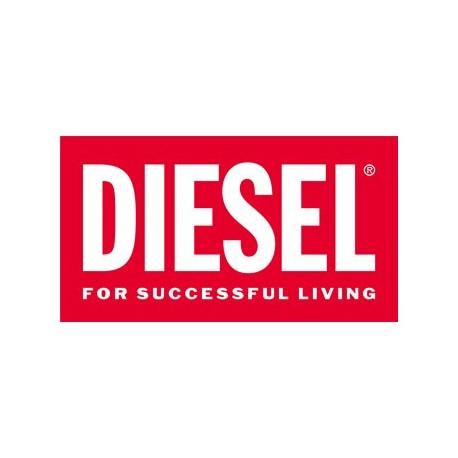 <p>Depuis sa création en 1978, Diesel a connu une ascension fulgurante, passant de pionnier du denim dans le monde du prêt-à-porter décontracté à véritable alternative du marché de luxe. Malgré cela, la philosophie de Diesel reste inchangée : passion, individualité et liberté d'expression sont les maîtres-mots de la marque et de son fondateur, Renzo Rosso. Diesel rime avec changement : la marque crée plus de 3 000 nouveaux produits par saison. Chaque pièce témoigne d'un long processus créatif pour un résultat toujours aussi innovant.<br /><br />Le manifeste de Diesel : Nous décodons le monde qui nous entoure, nous le déstructurons et nous le métamorphosons. Nous percevons les choses différemment, ces différences nous rapprochent de vous. Faites votre bout de chemin et avançons ensemble main dans la main.</p>
