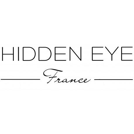 """<p style=""""text-align:justify;"""">Hidden Eye a été conçu par Arnaud Guilbert, en quête d'un vêtement de détente inspirant le bien-être et l'évasion. Passionné, il créé un nouvel univers chic, moderne et confortable, pour l'homme contemporain.</p> <p style=""""text-align:justify;"""">Attaché à la qualité et au confort de chacune de ses créations, les matières sont sélectionnées avec une attention particulière.</p> <p style=""""text-align:justify;"""">Ses tenues se portent de jour comme de nuit. Intemporelles, elles s'invitent également en terrasse, au jardin ou au marché et se glissent volontiers dans les sacs de sport ou de voyages…</p> <p style=""""text-align:justify;"""">Hidden Eye à cœur de valoriser les savoirs faire européens. Toutes les collections sont produites au Portugal ; la proximité géographique perméttant un contrôle de toute la chaine de fabrication.</p> <p style=""""text-align:justify;"""">S'offrir un produit Hidden Eye, c'est investir dans une dynamique européenne et mettre en avant les savoir-faire de chaque intervenants.<br />Un vestiaire se construit au fil du temps. Les collections Hidden Eye vous permettront d'associer vos produits au fil des saisons.</p> <p style=""""text-align:justify;"""">Les collections traversent les générations et les coupes permettent à chacun de trouver son style pour le plus grand plaisir des hommes.</p> <p style=""""text-align:justify;"""">Aussi, attachés à la qualité et au confort de chacune de ses créations, les matières sont sélectionnées avec une grande attention. Faire de la qualité une priorité a un coût.</p> <p style=""""text-align:justify;"""">Notre objectif est de vous proposer le prix le plus juste.</p>"""