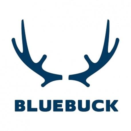 <p>BlueBuck pense que les montagnes sont faites pour être escaladées, les rivières pour être traversées à la nage. Profiter de la vie, c'est se mouiller, prendre chaud et froid, s'épuiser, se dépenser sans compter.<br /><br />BlueBuck pense que la confiance en soi est plus attirante que l'obsession de soi.<br /><br />BlueBuck pense que se soucier de qualité signifie que les produits auront meilleur aspect et dureront plus longtemps.<br /><br />C'est pourquoi BlueBuck a décidé de faire quelque chose de différent avec ses sous-vêtements. Une gamme qui ne se cache pas d'être masculine, conçue et manufacturée avec une attention totale pour le détail, la qualité et le confort.<br /><br />Avec un coton biologique de la plus haute qualité, une coupe superbe, une ceinture à chevrons chic, douce mais solide, des grosses coutures robustes, et des ramures de bois pour un super logo.</p> <p>Toutes les étapes de production sont basées en Europe. La ceinture élastique est fabriquée en Autriche. Les étiquettes coton sont fabriquées en Italie. La fabrication du fil et du tissu, la coupe et le montage se font au Portugal. <br /><br />Des produits disponibles en couleurs simples et trois modèles. Ils ont belle allure, sont agréables à porter, durent longtemps et vont à la perfection.<br /><br />Bluebuck. La vie est une grande aventure.</p>